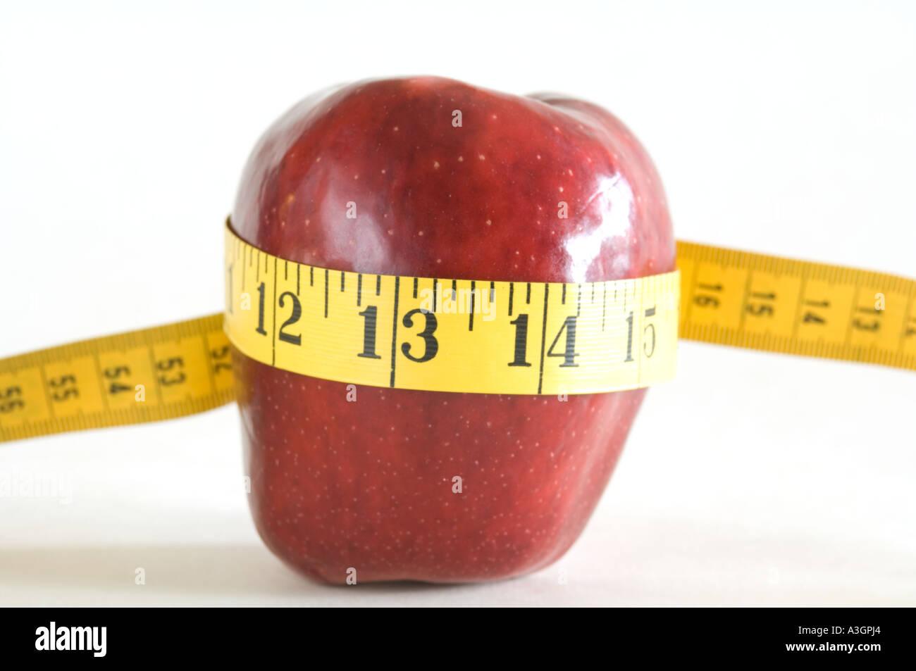 Vista il concetto di mela rossa sul nastro di misurazione Immagini Stock