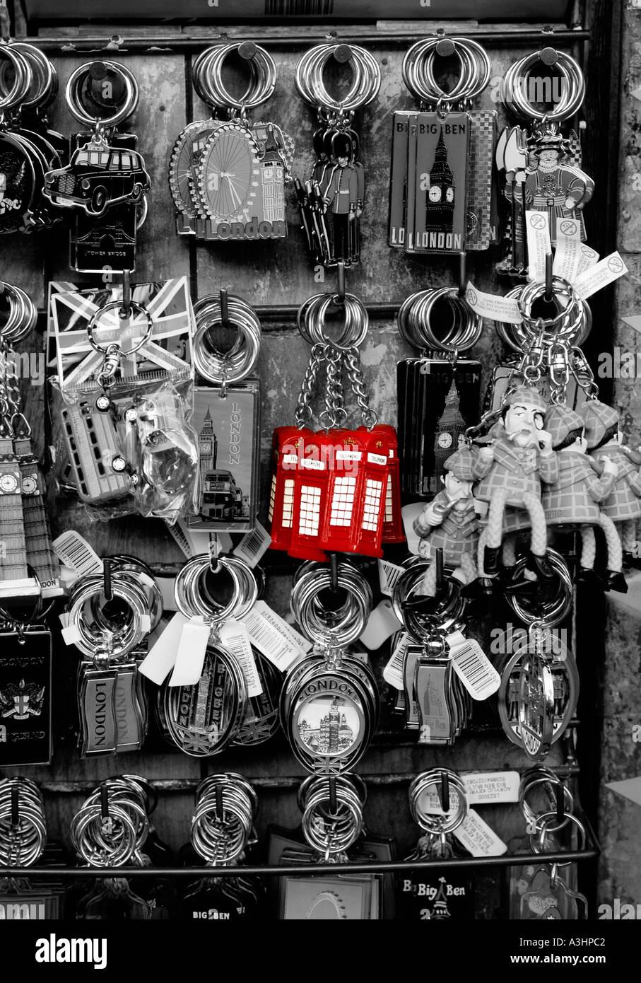Anelli portachiavi raffiguranti famosi punti di riferimento di Londra sulla vendita ai turisti su una strada di commercianti stallo in Londra, Regno Unito. Immagini Stock