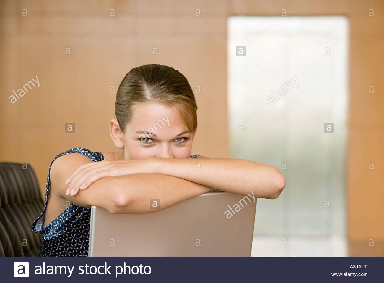 Giovani donne con il computer portatile Immagini Stock