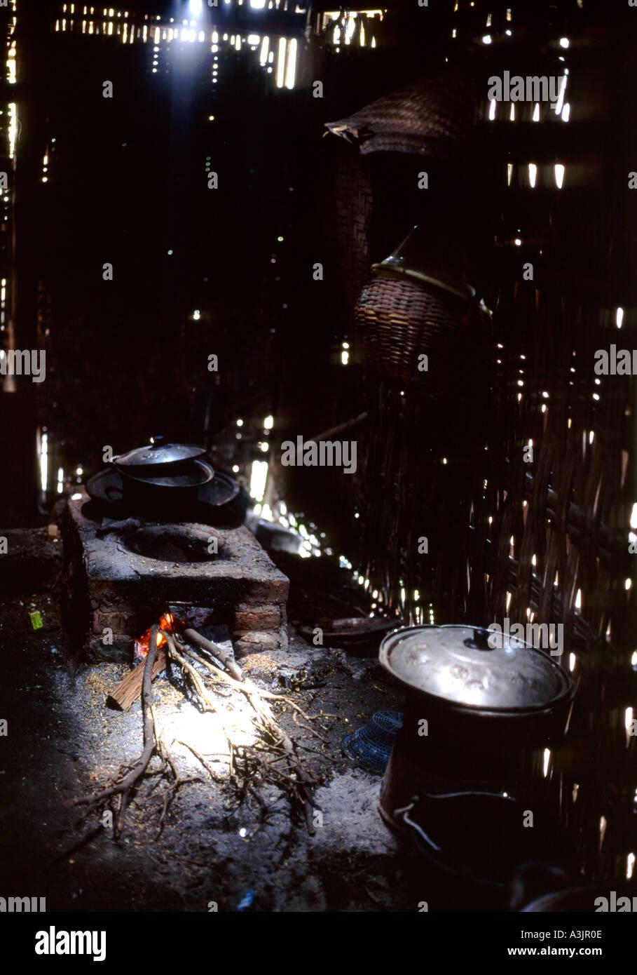 Filtri solari in giù nel buio di una tradizionale cucina rurale piccolo  villaggio vicino Madiun East ccfcd722dd5b