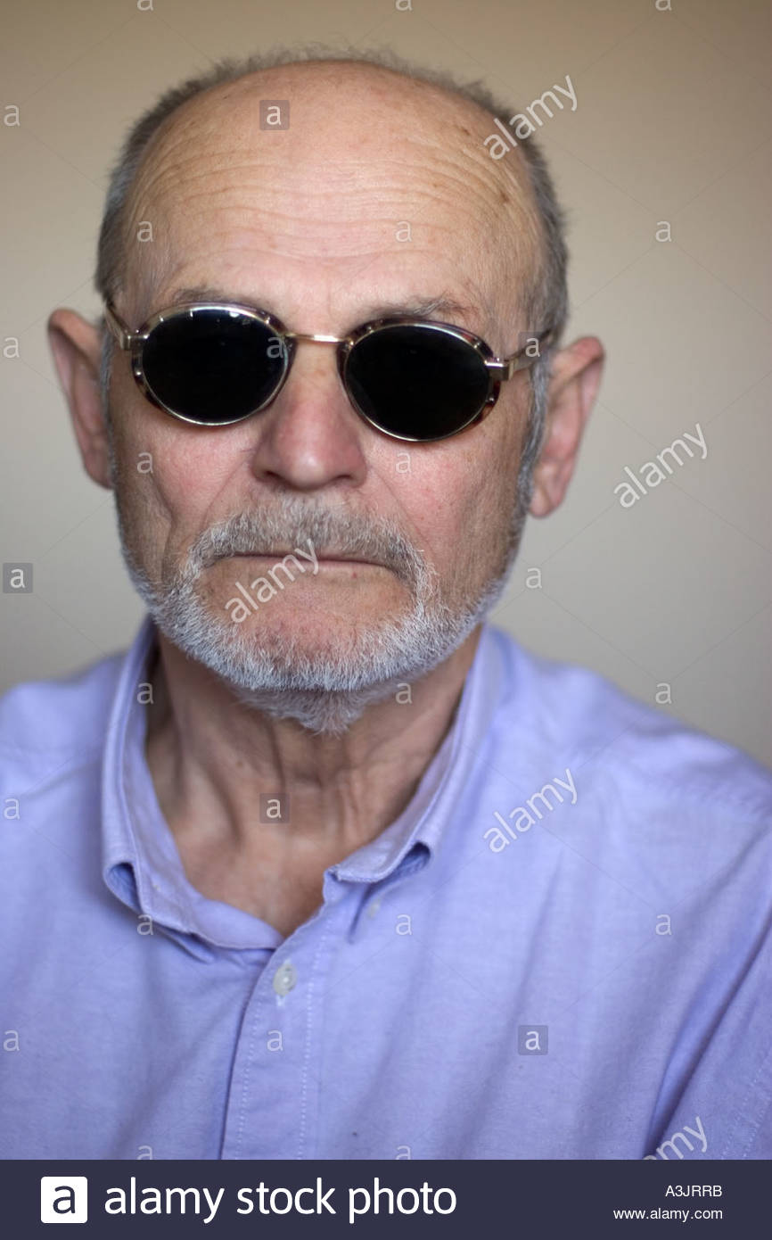 Ritratto di un anziano dai capelli grigi uomo che indossa un po retrò  occhiali da sole ... 7e7e506f6b02