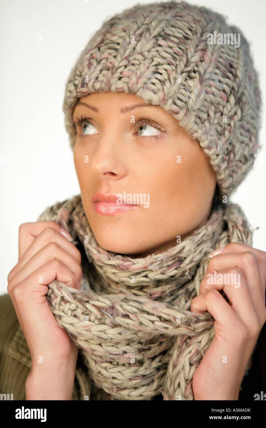 Giovane donna indossa cappello di lana e sciarpa Foto   Immagine ... d88eb00c7ee8