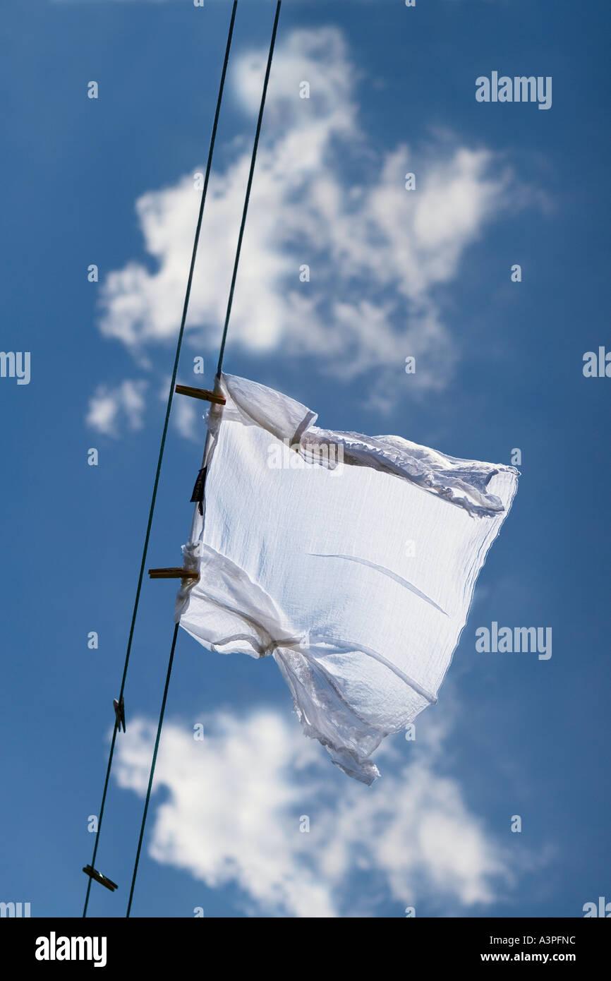 Camicia bianca essiccazione su stendibiancheria (basso angolo di visualizzazione). Brooklyn, New York, New York, Stati Uniti d'America Immagini Stock