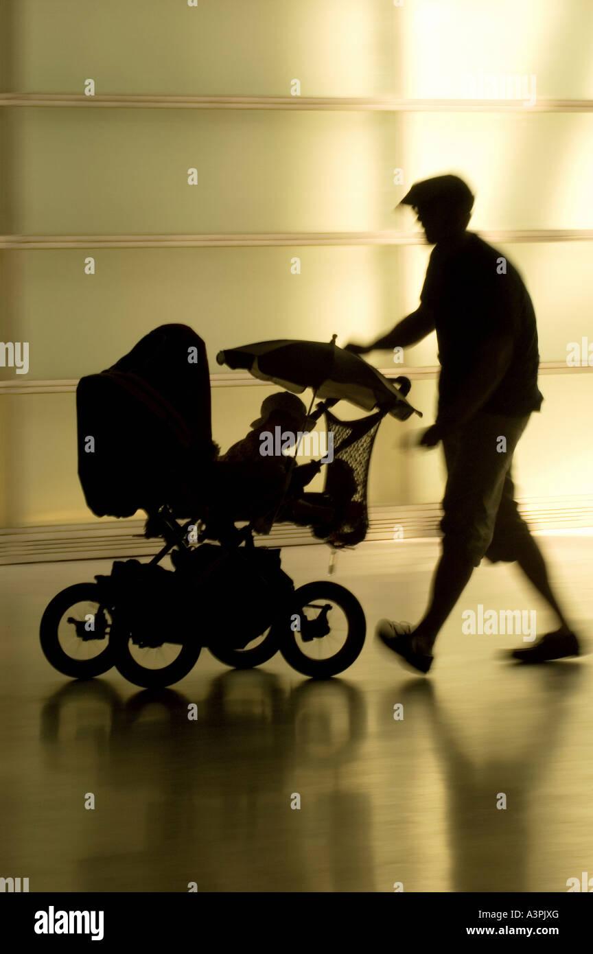 Silhouette di un padre con un bambino buggy, Berlino, Germania Immagini Stock