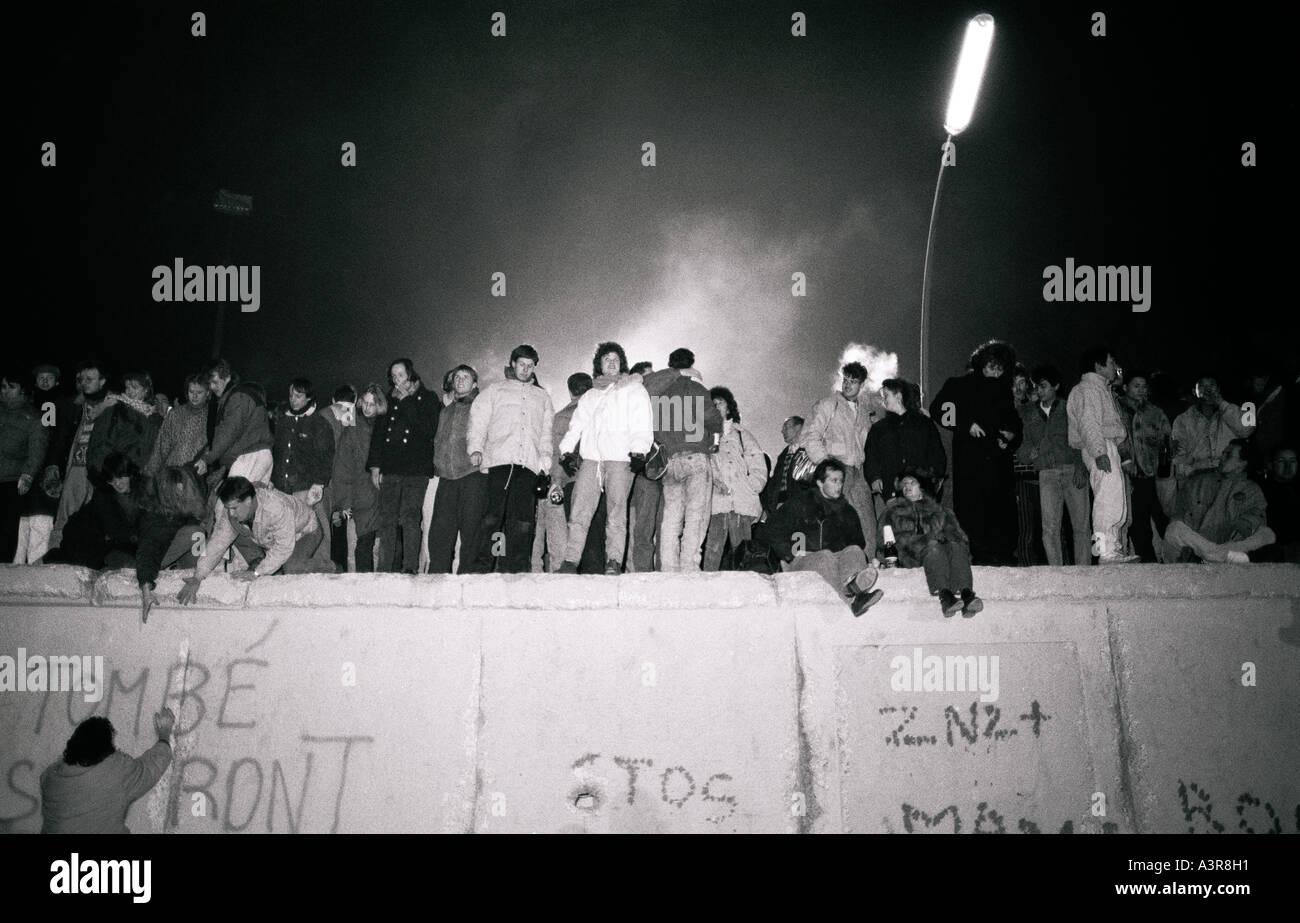 La storia europea. Festa di Capodanno sullo storico muro di Berlino a Berlino Ovest in Germania in Europa durante la Guerra Fredda. Immagini Stock