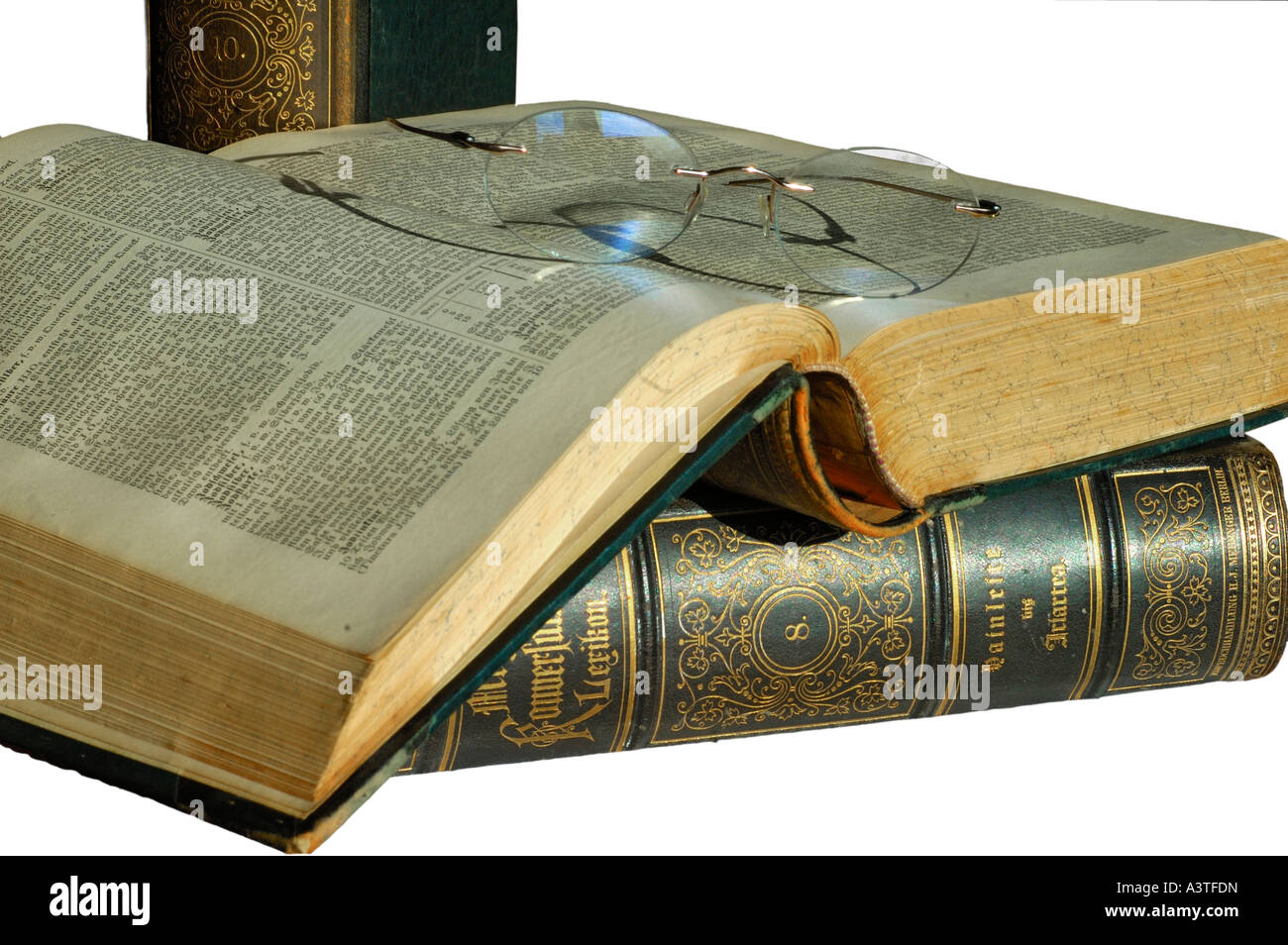 Gli occhiali da lettura sul volume aperto di una vecchia edizione di Meyers lexicon Immagini Stock