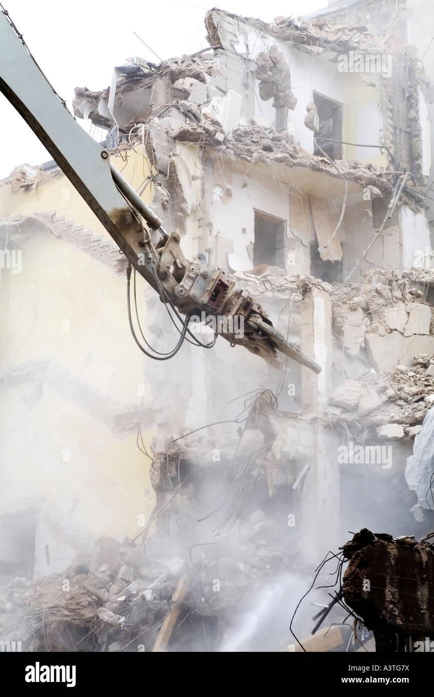 La struttura di pinza di un excarvator demolisce un edificio residenziale, Germania Foto Stock