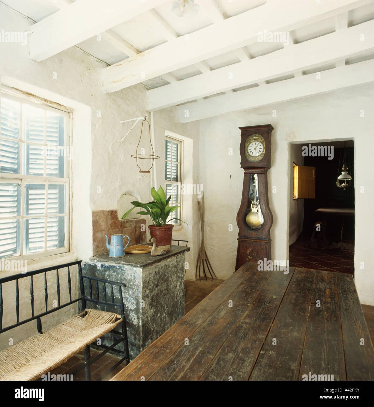 Soffitto Travi A Vista Bianco oak tavolo da pranzo e longcase clock nel paese bianco sala