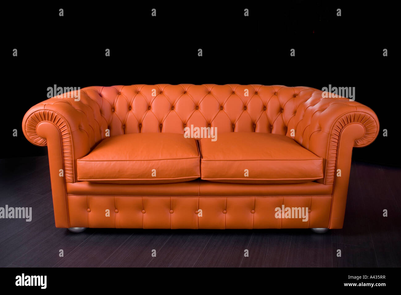 Divano Pelle Arancione : In pelle di colore arancione capitonè divano foto immagine stock