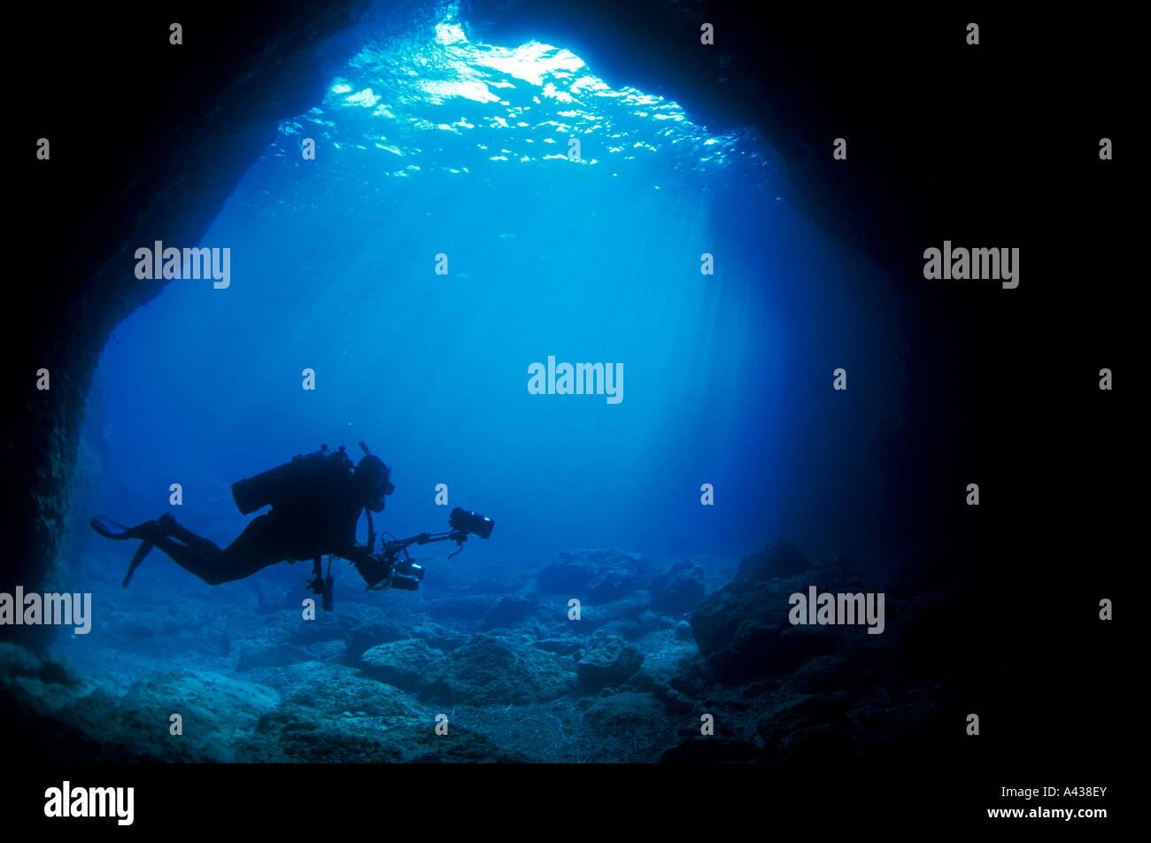 Fotografo subacqueo all'entrata di una grotta marina, FETHIYE Turchia. Immagini Stock