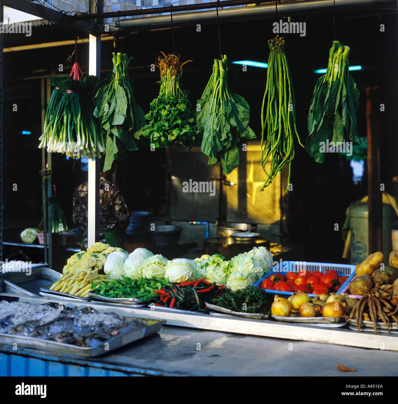 Thai verdura verde sospesa sopra il contatore visualizzazione livello di verdure fresche più pesce in ghiaccio sul carrello all'aperto in Hua Hin Tailandia Foto Stock