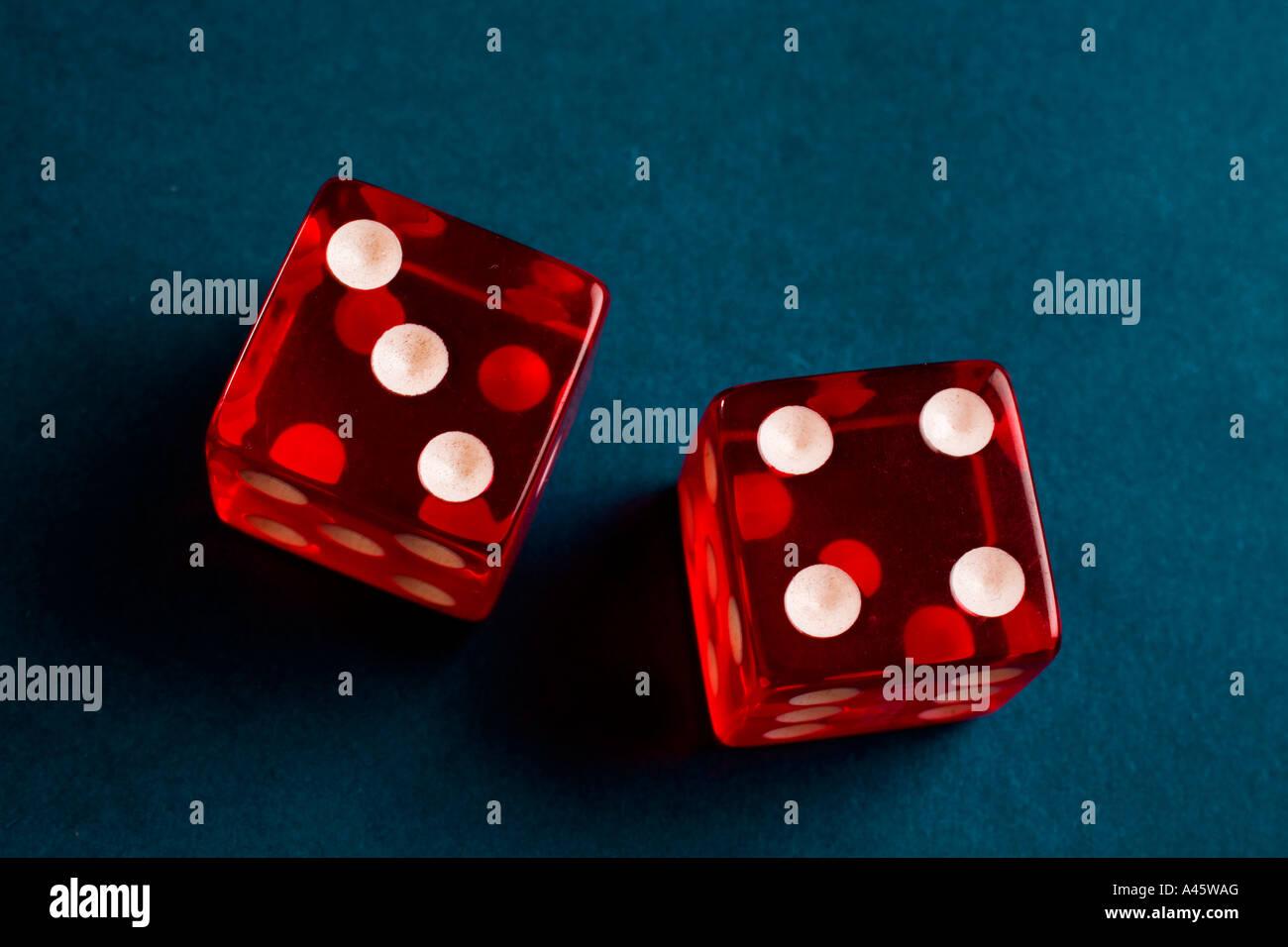 Una coppia di dadi con il numero sette mostra Immagini Stock