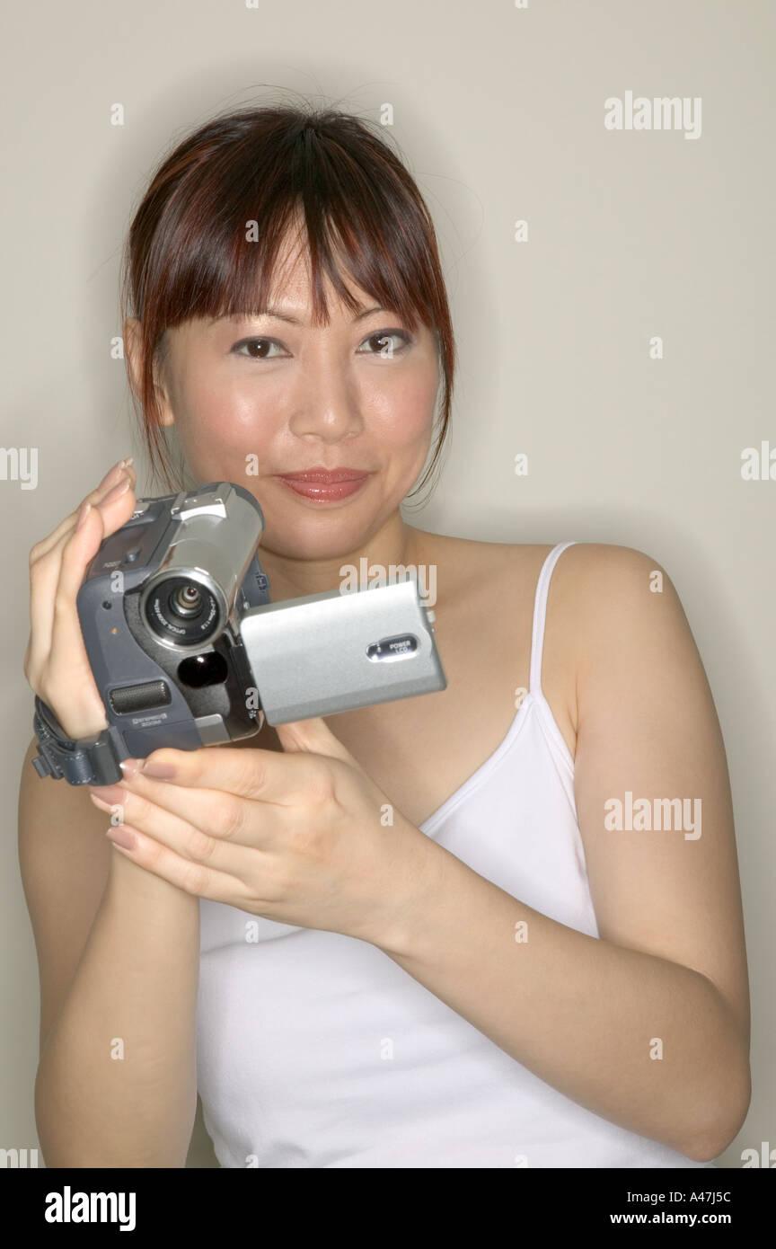 Donna che utilizza una videocamera Immagini Stock