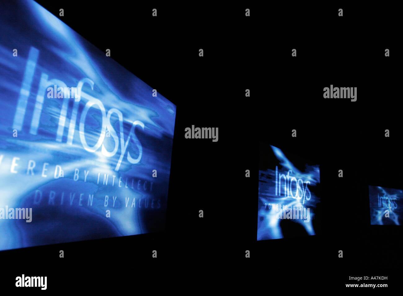 Il logo di Infosys visualizzate su schermi multipli durante una presentazione della società a Bangalore in Immagini Stock