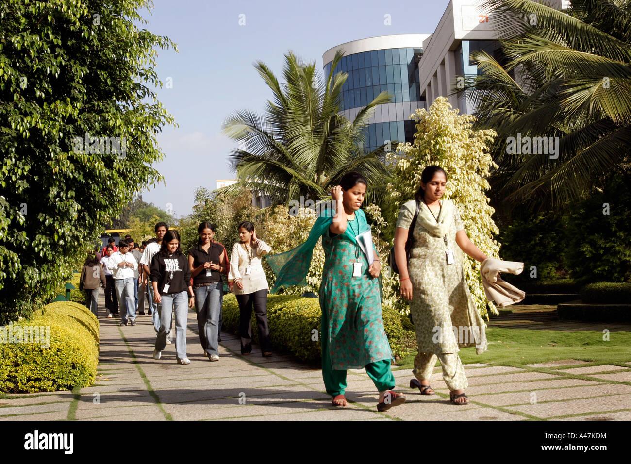 Giovani donne indiane che lavorano nel settore IT indossare abbigliamento tradizionale presso il Campus di Infosys Immagini Stock