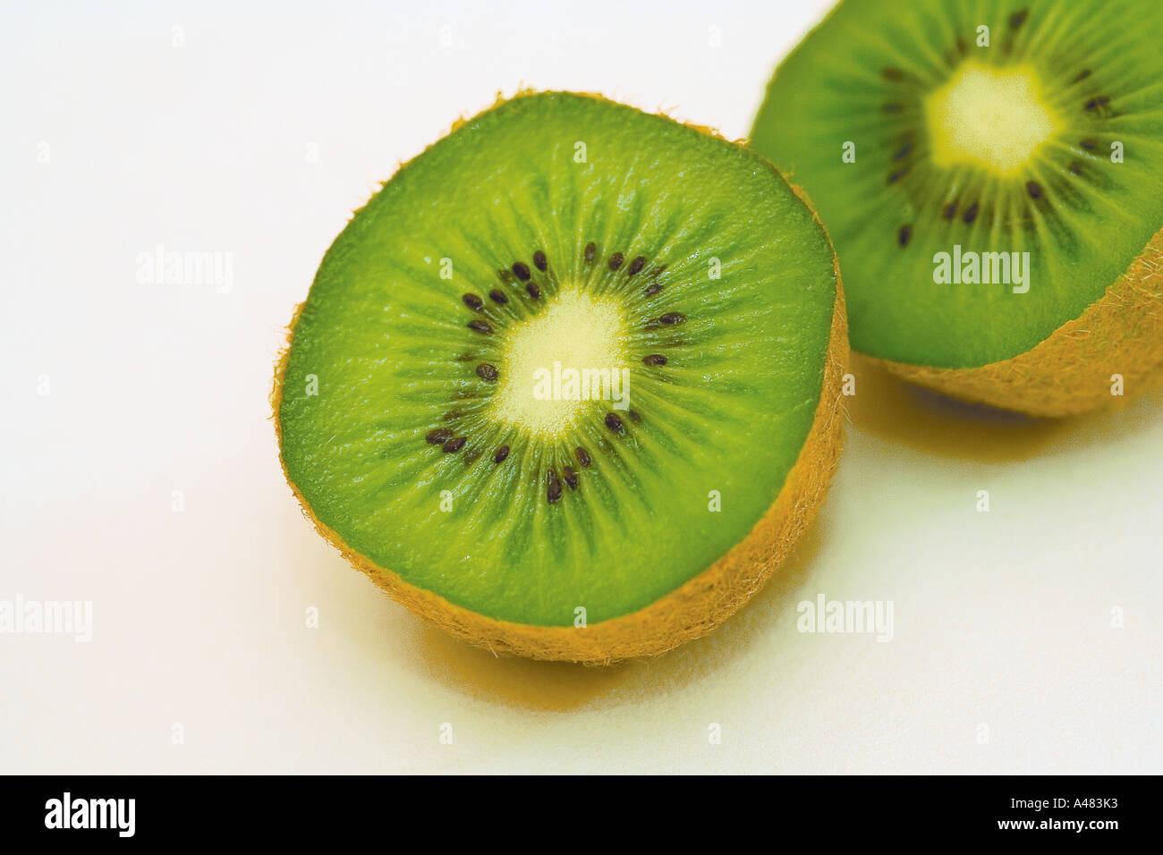 Il kiwi tagliate a metà mostra verde e lussureggiante texture, molto sano di mangiare e ideale per la vostra dieta o diete Immagini Stock