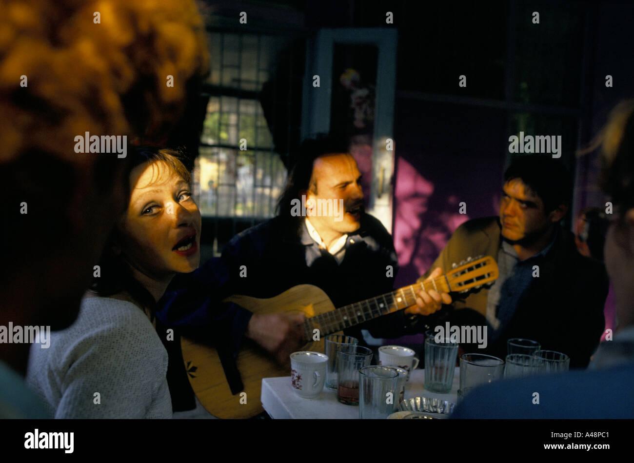 Donna cantare insieme con l'uomo a suonare la chitarra