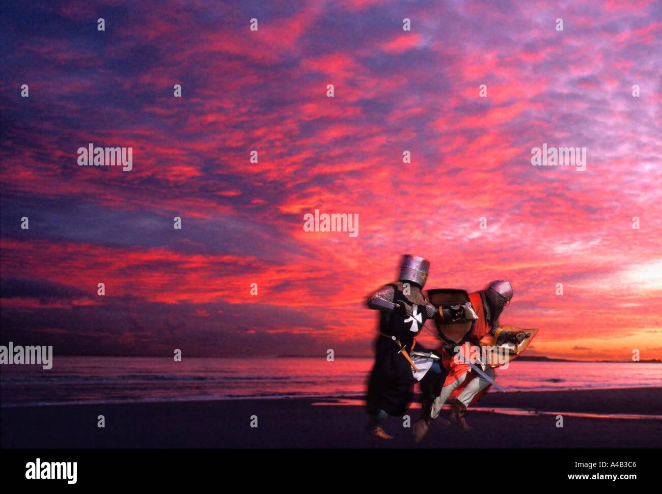 Cavalieri dual. Drammatica battaglia lotta sulla spiaggia con il sangue rosso tramonto. Per solo uso editoriale. Immagini Stock