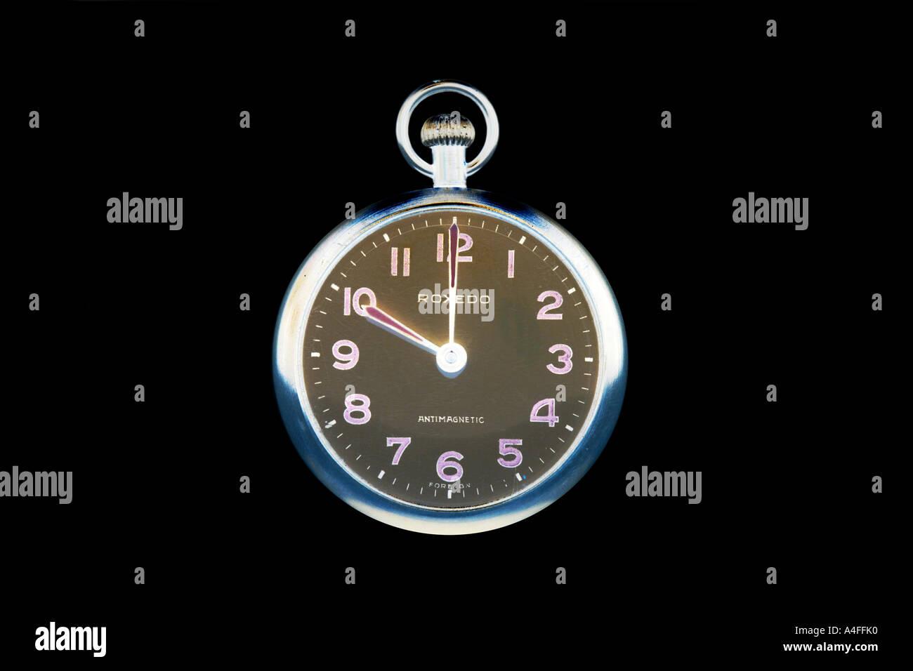 Pocketwatch a ore 10 contro uno sfondo nero. Immagini Stock
