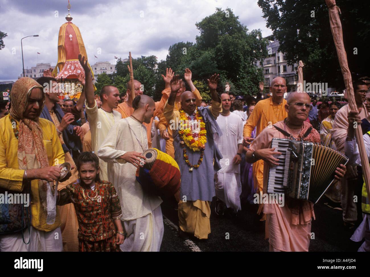 Regno Unito indù Hare Krishna festival Ratha Jatra o Rathayatra o carro festival Londra devoti tirare il carro religiosa Park Lane HOMER SYKES Foto Stock