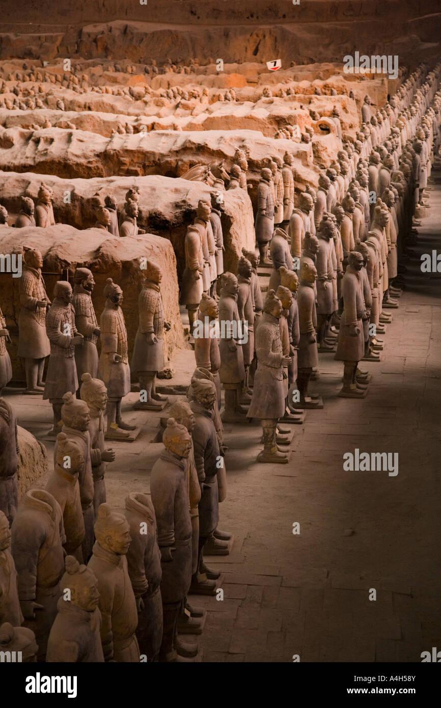 Colpo del profilo da sinistra di soldati permanente fossa 1 esercito di terracotta a Xi'an Cina JMH2037 Immagini Stock