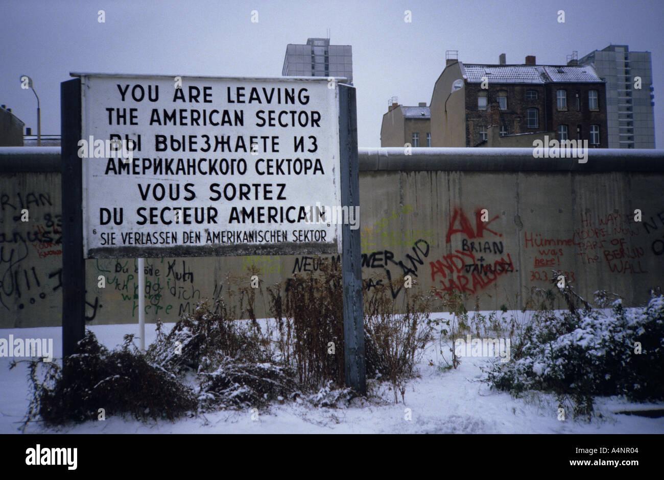 Muro di Berlino nel 1984. Segno che si stanno lasciando il settore americano. Cortina di ferro durante la Guerra fredda Immagini Stock