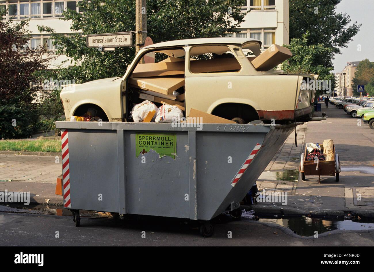 Storia Il primo Trabant vettura deve essere gettato via dopo la caduta del muro di Berlino in estate 1990 Immagini Stock