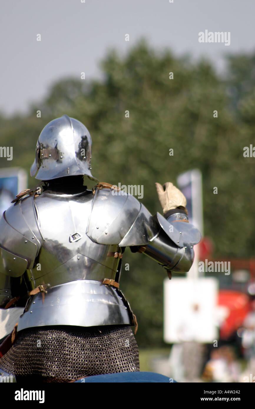 Cavaliere in Armatura scintillante giostra medievale Display Immagini Stock