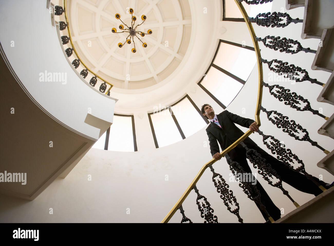 Imprenditore sulla scalinata a spirale Immagini Stock