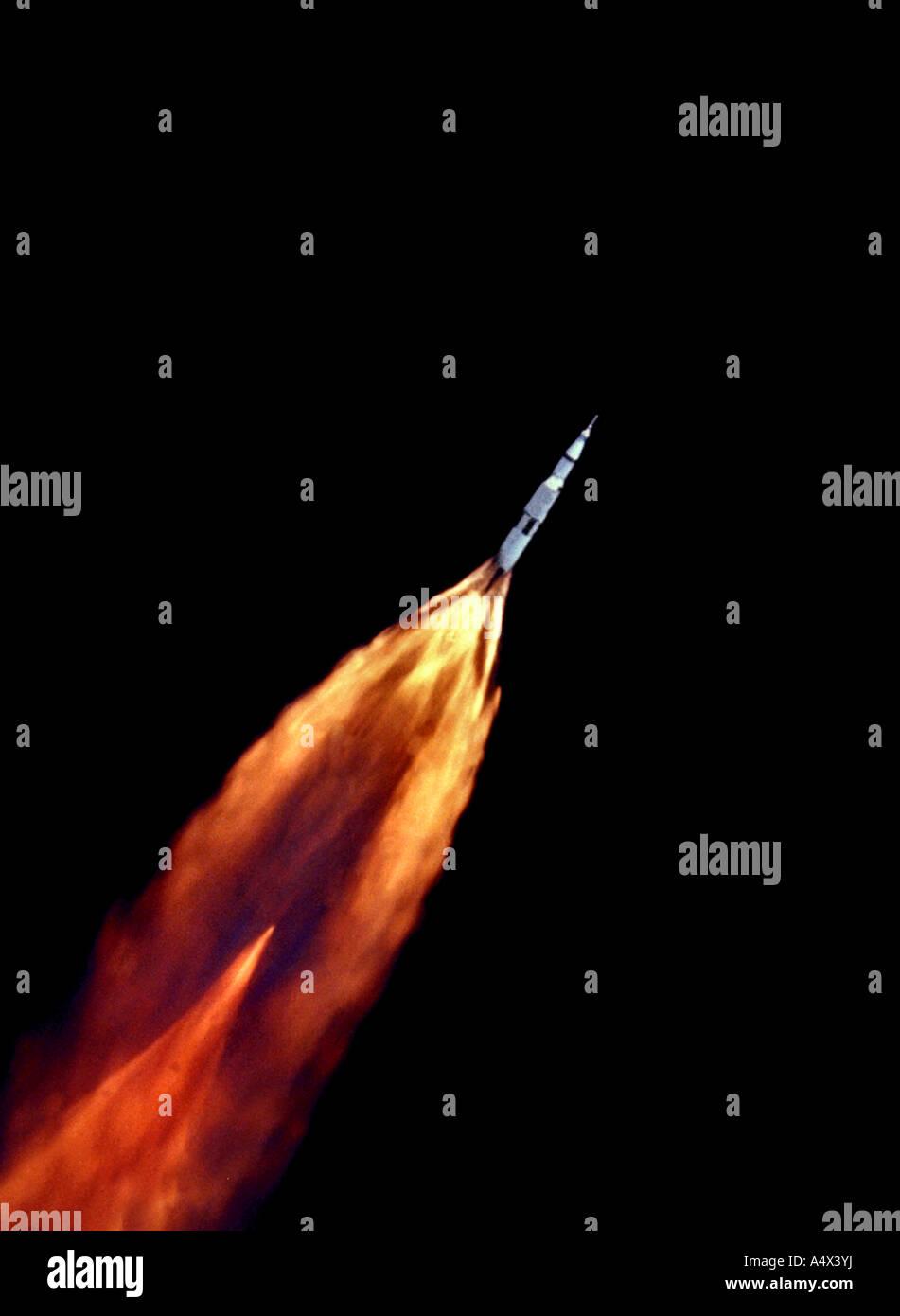 L'Apollo 11 Saturn V veicolo spaziale si arrampica verso orbita dopo il decollo voce alla luna versione avanzata della NASA originale Foto Stock