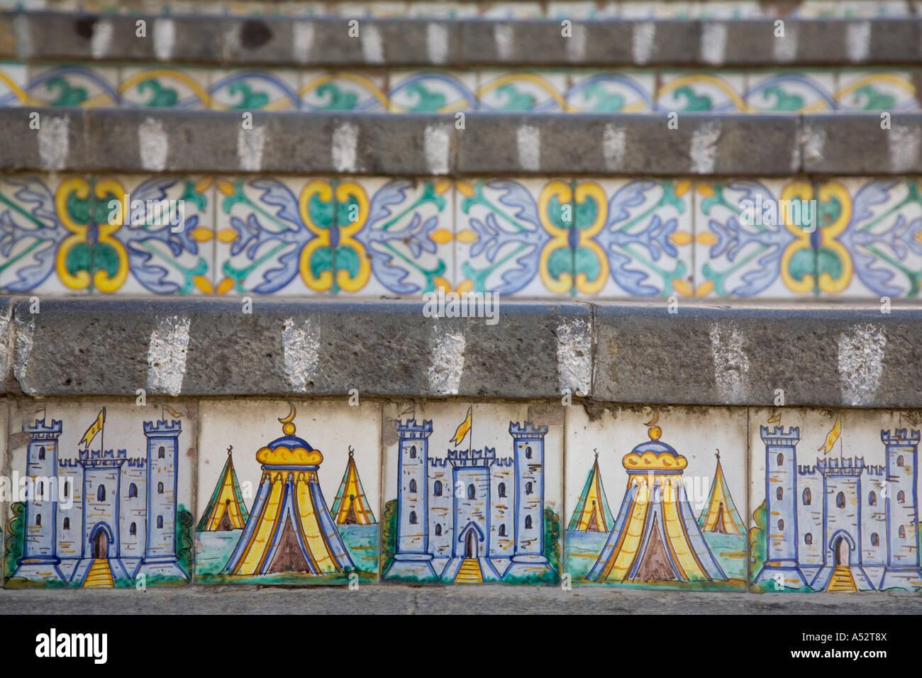 La scala la strada di passi decorata con piastrelle in ceramica di