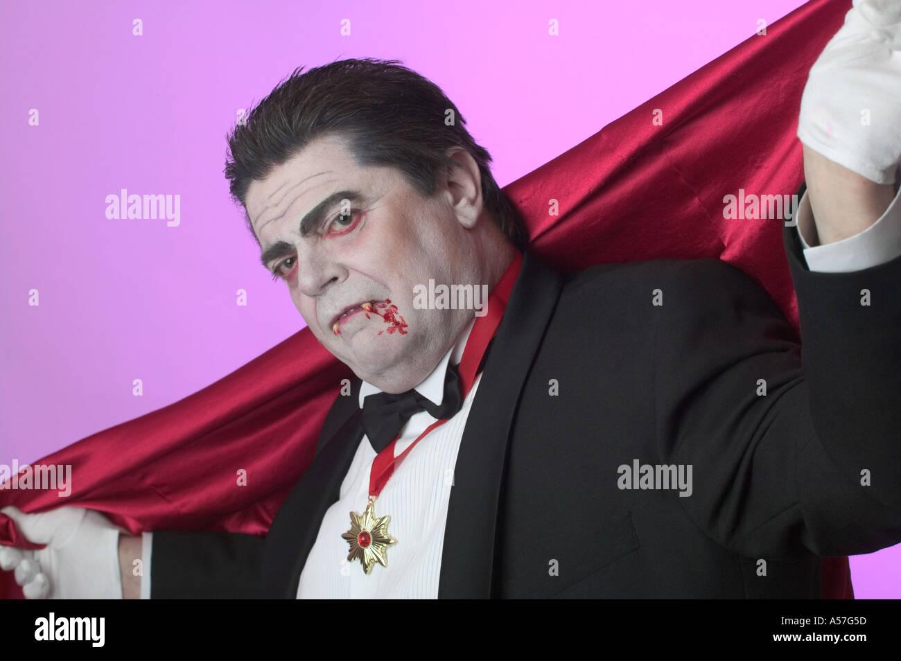 Cerca vampiro minaccioso ti guarda guarda me Immagini Stock