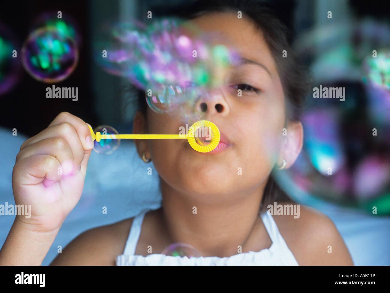 Un giovane bambino soffiare bolle USA Immagini Stock