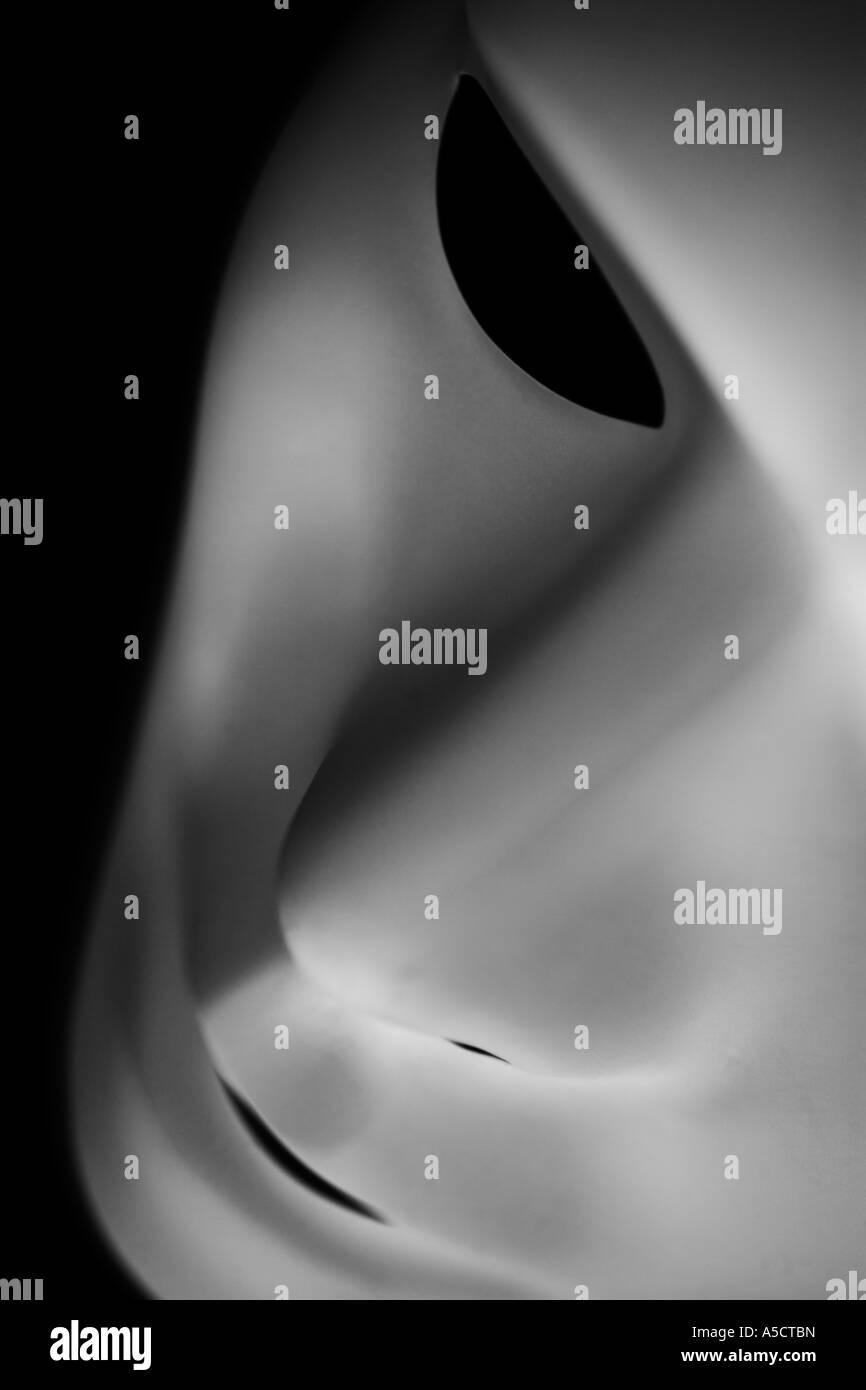 Maschera di costume fotografato in moody lighting Immagini Stock