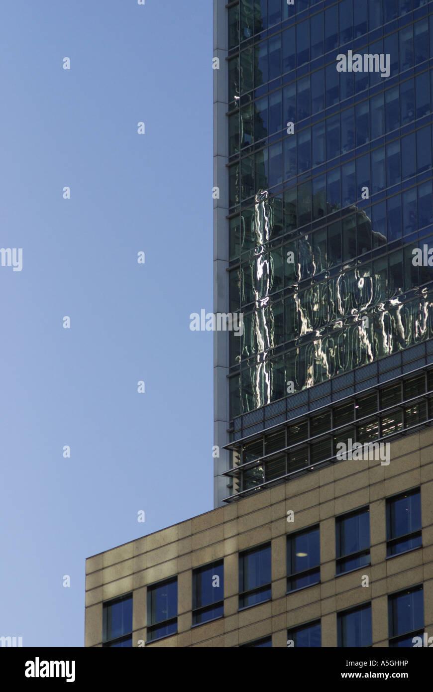 Canary Wharf London riflessioni sulla torre di vetro scuro di 10 Superiore di Bank Street Immagini Stock