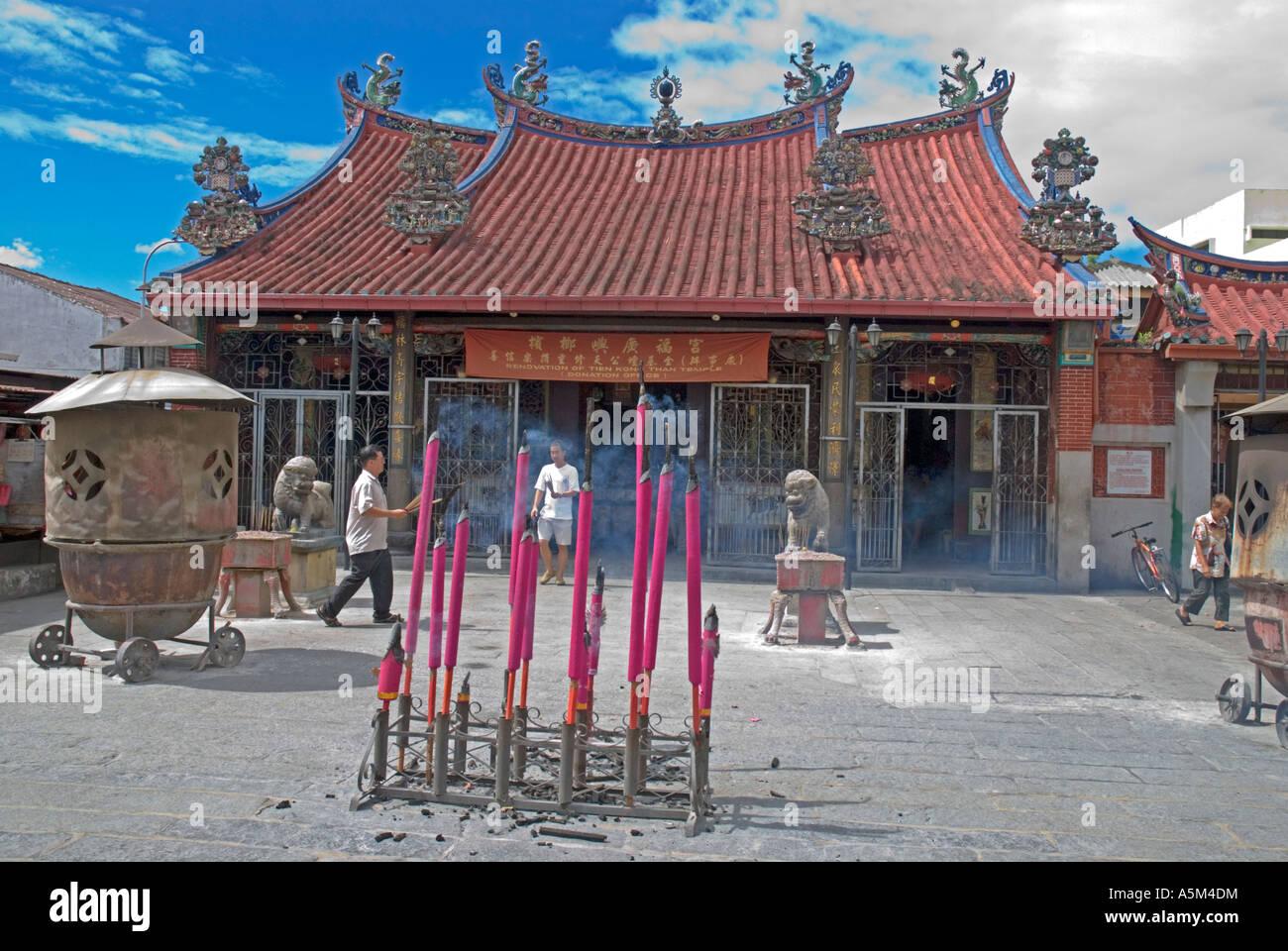 Bruciare incenso al di fuori del Tempio della Dea della Misericordia Kwan Ying Teng Georgetown Penang Immagini Stock