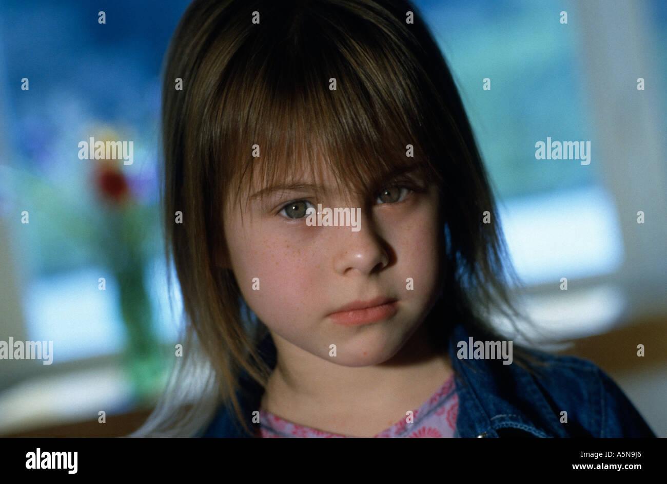 Un bambino di 6 anni ragazza caucasica con capelli castani e gli occhi blu  che indossa un abito rosa e una camicia di jean pone 2002 13dcc3bc00a8