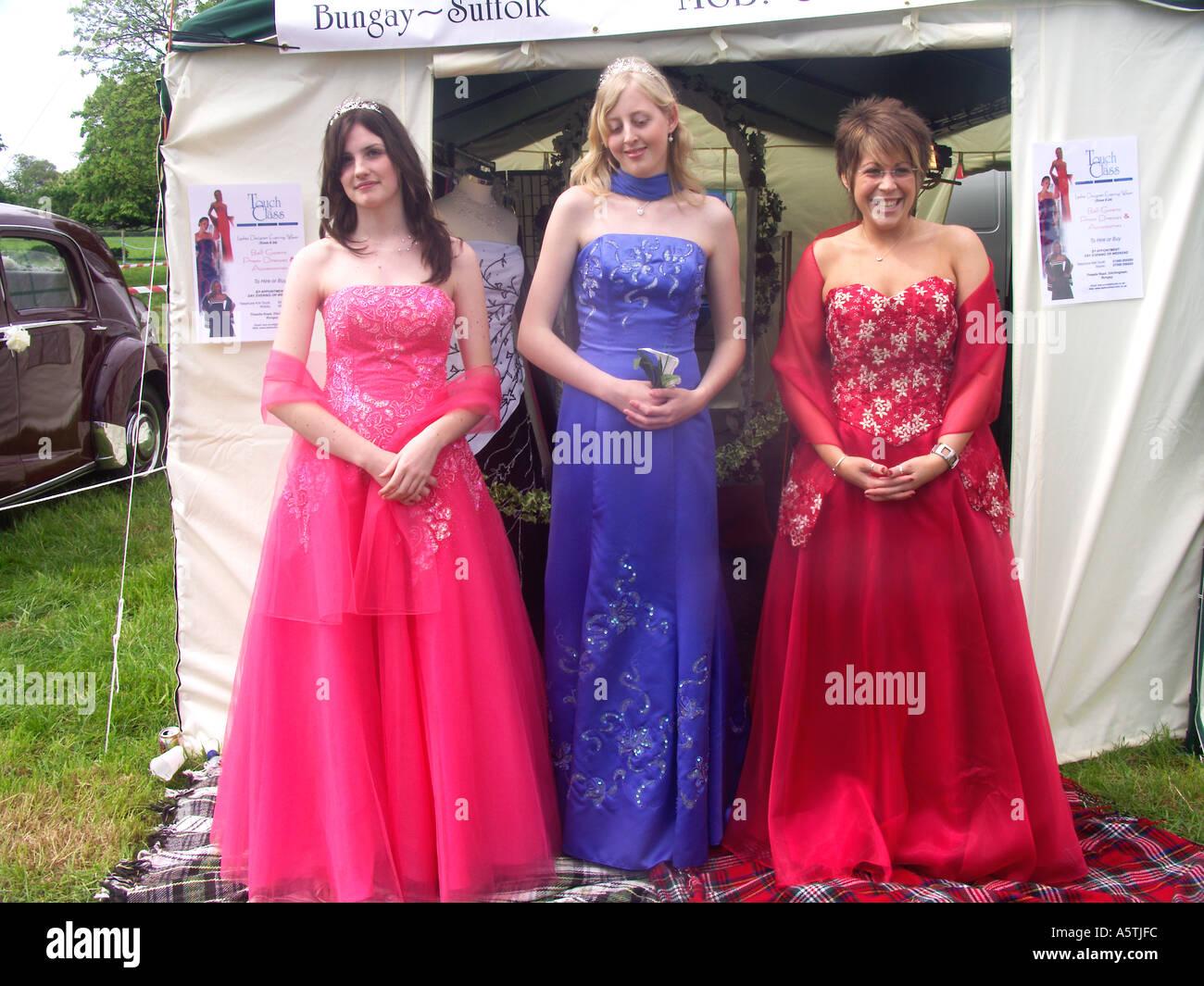 24472c0dc430 Tre donne che indossano abiti da sera per pubblicizzare i vestiti la  società di noleggio Immagini