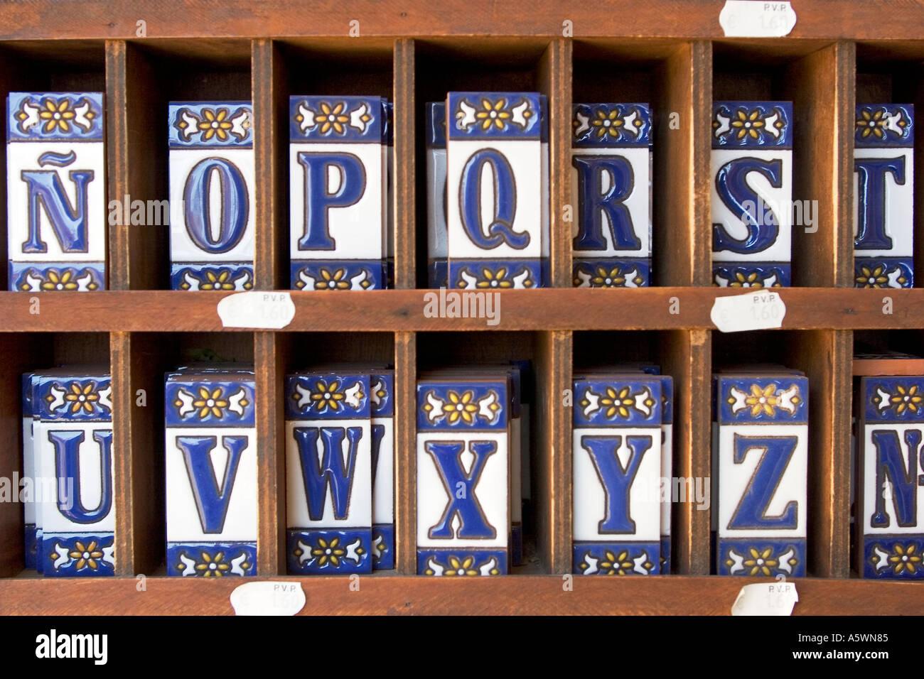 Le piastrelle di ceramica con lettere foto immagine stock