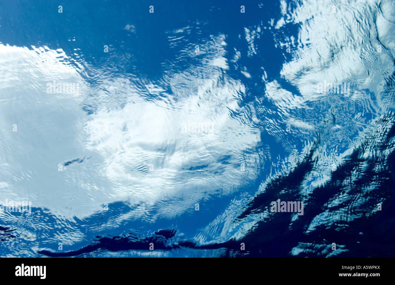 Vista subacquea di superficie di acqua nuvole visto attraverso la superficie Immagini Stock