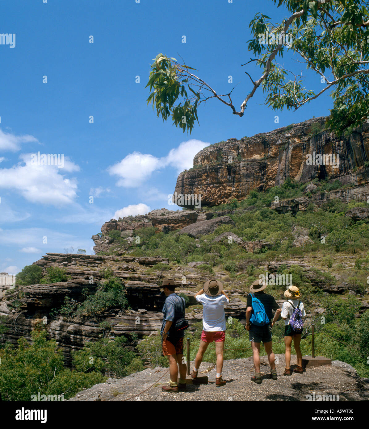 """Gli escursionisti a Nourlangie Rock, il Parco Nazionale Kakadu, Territorio del Nord, l'Australia - Posizione per """"Crocodile Dundee' movie Foto Stock"""