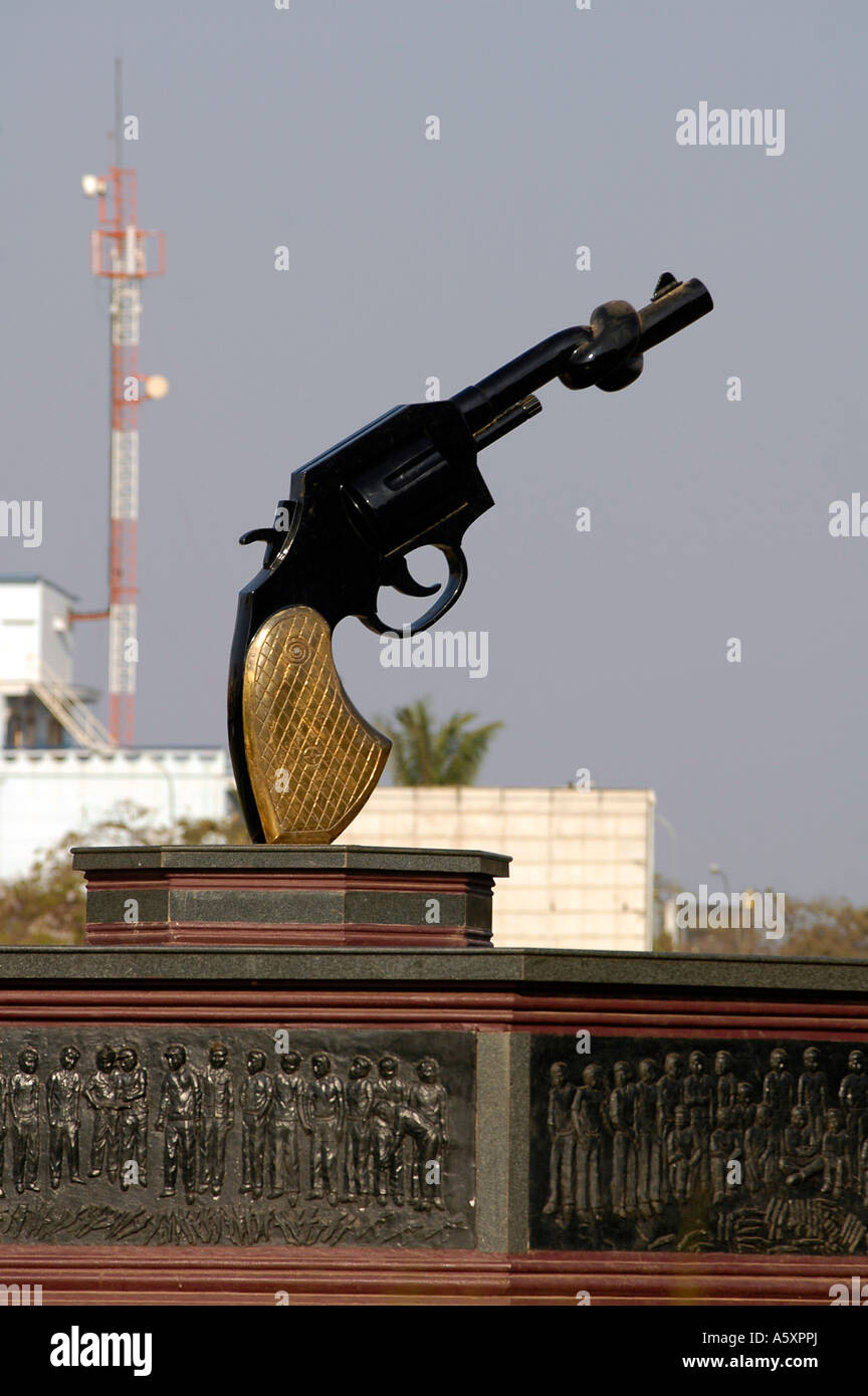 Una pistola di grandi dimensioni con il suo cilindro twisted, situato nel centro di Phnom Penh, si erge come un Immagini Stock