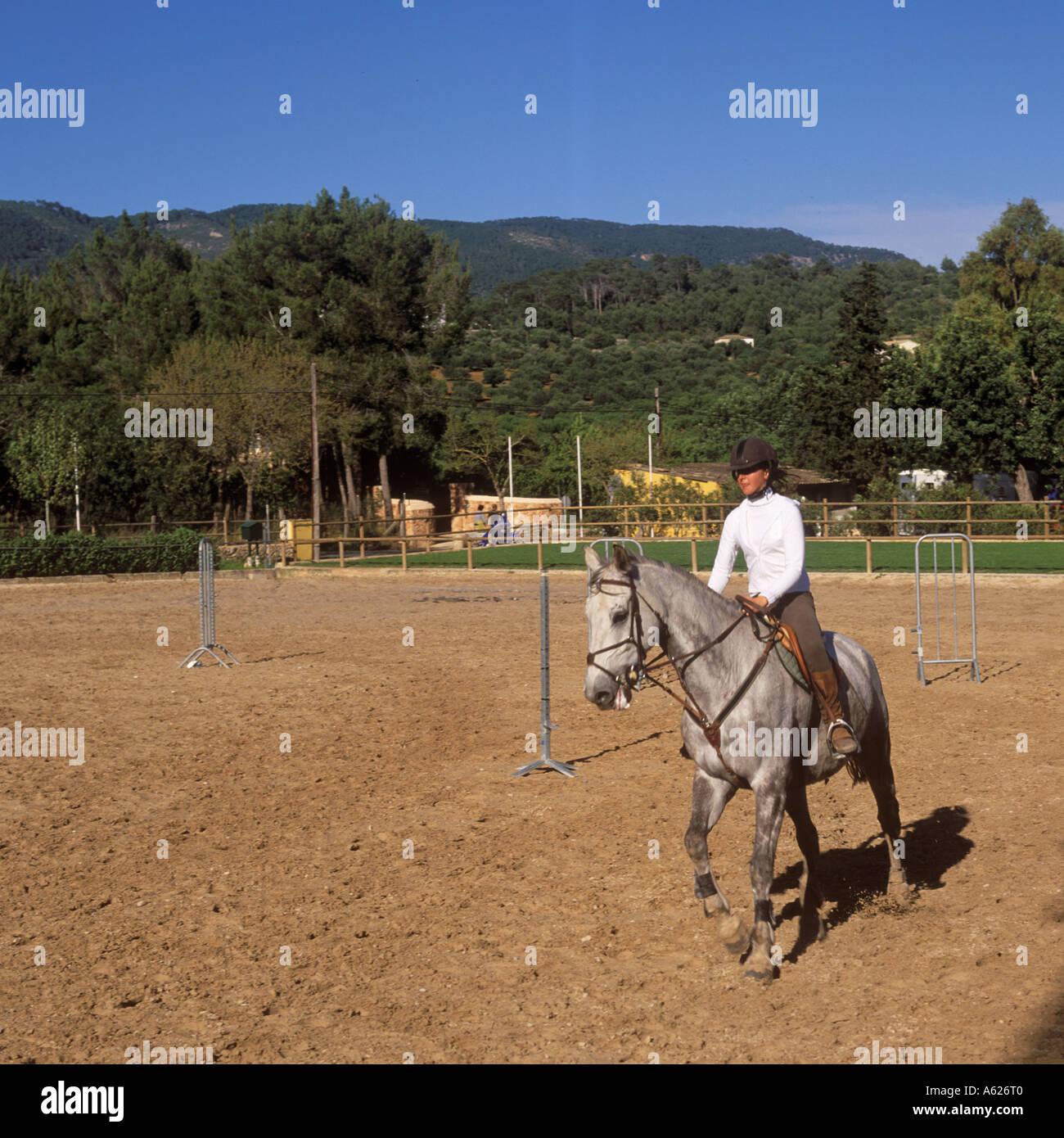 Signora giovane equitazione al Real Club Equitacion Escuela de Mallorca Bunyola Maiorca Isole Baleari Spagna 18 Aprile 2004 Immagini Stock