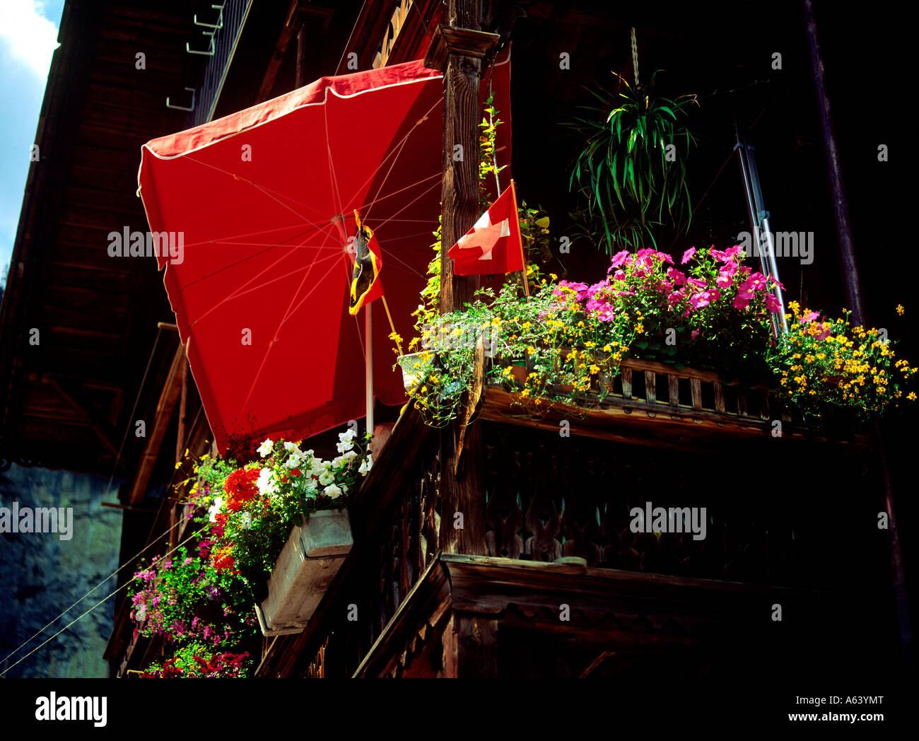 Tradizionale ornato di fiori balcone villaggio di Lauterbrunnen regione di Altopiano bernese swiss alpes svizzera Immagini Stock
