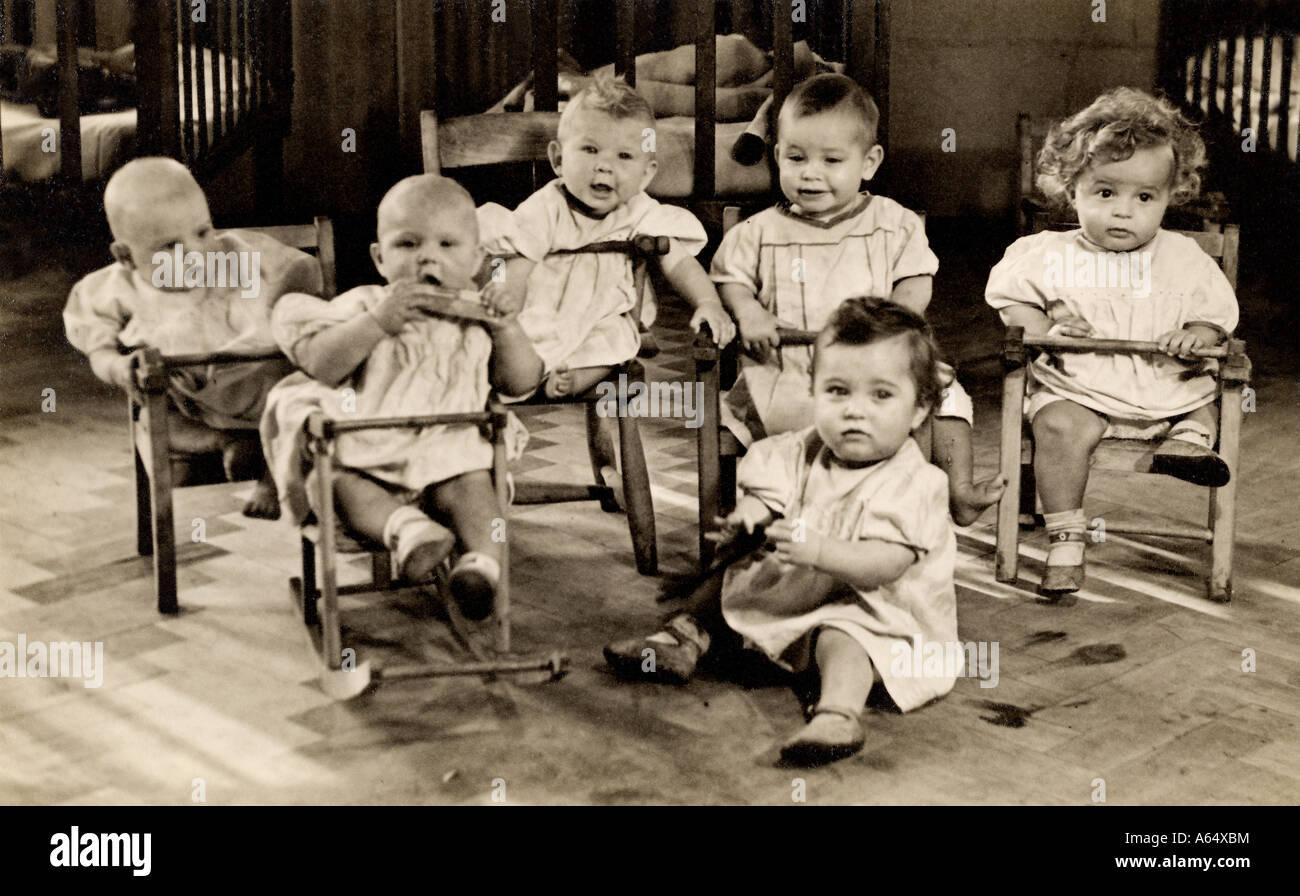 Immagine inusuale di sei bambini in una scuola materna nella zona est di Londra agli inizi del novecento eventualmente Immagini Stock
