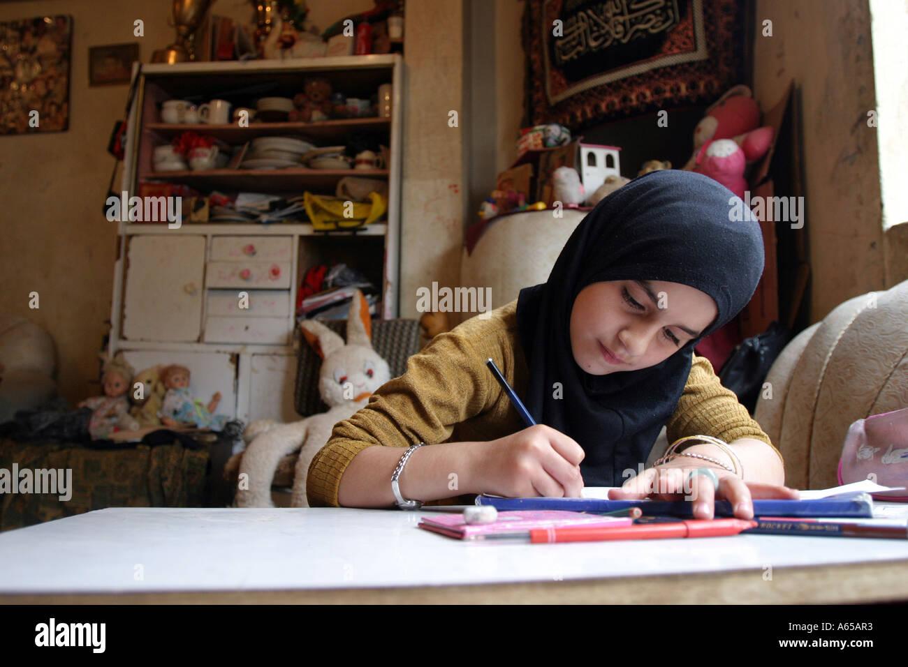 Una ragazza palestinese non fa il suo dovere in Saida campo profughi palestinese nel sud del Libano. Il Libano, Aprile 2005 Immagini Stock