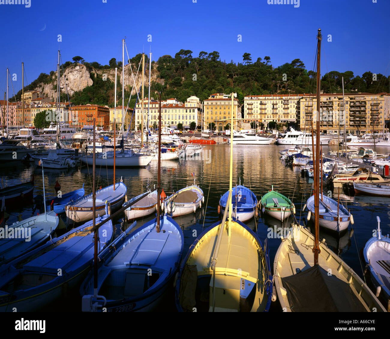 FR - COTE D'AZUR: il porto di Nizza Immagini Stock