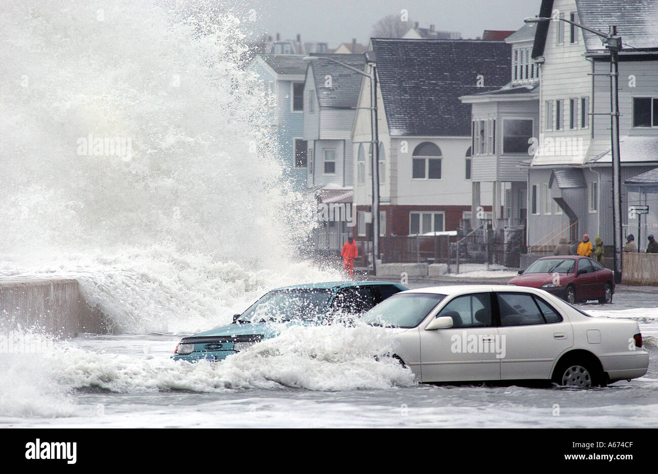 I veicoli sono in fase di stallo in acque di esondazione come onde giganti crash sul Seawall durante una tempesta di neve in Massachusetts Immagini Stock