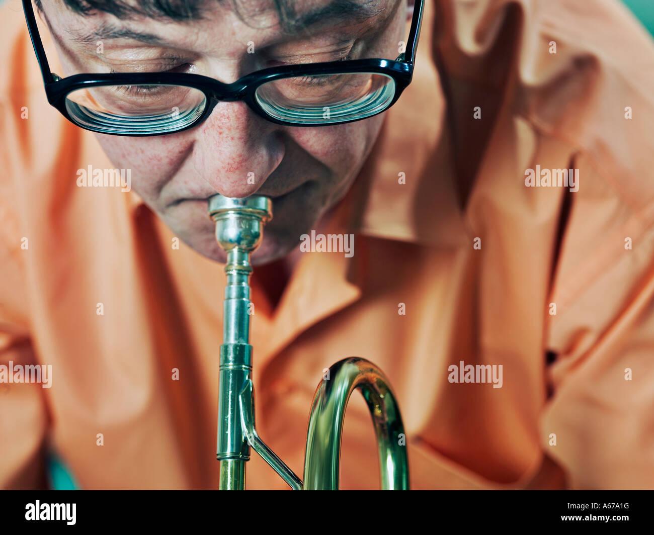 L'uomo suonare la tromba Immagini Stock