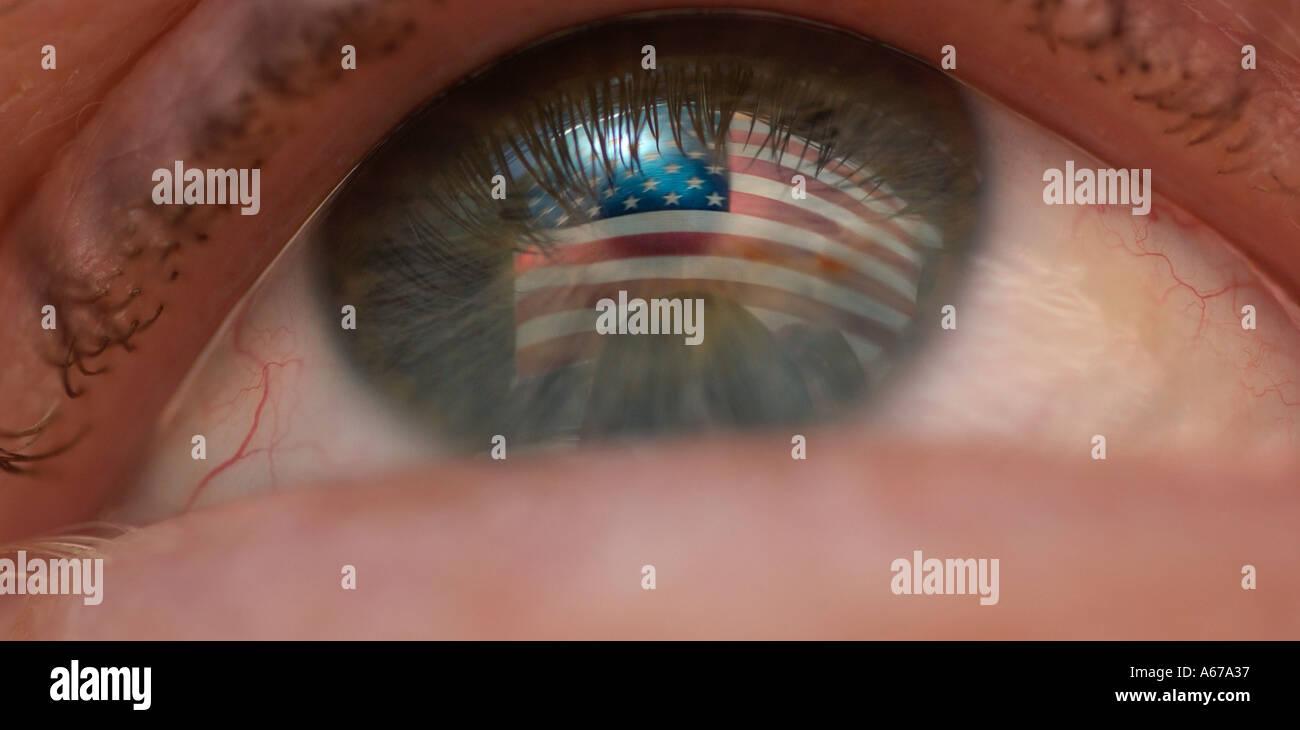 Il patriottismo concetto bandiera americana si riflette in un occhio Immagini Stock